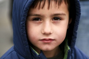 Junge mit Augenringen